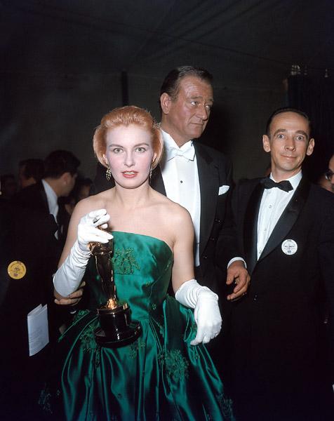 Joanne Woodward holding Oscar
