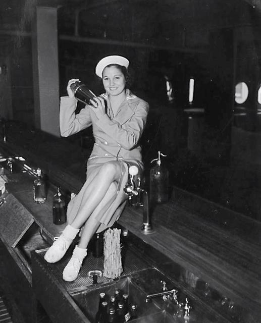 1935 bar tender Venice