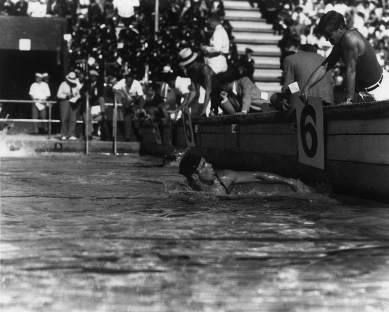 1932 Crabbe wins 400 m freestyle