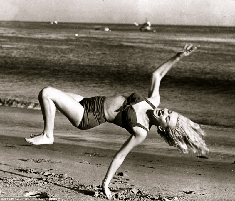 marilyn-monroe-doing-cartwheels-on-the-beach