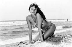 Joan-Collins-swimsuit